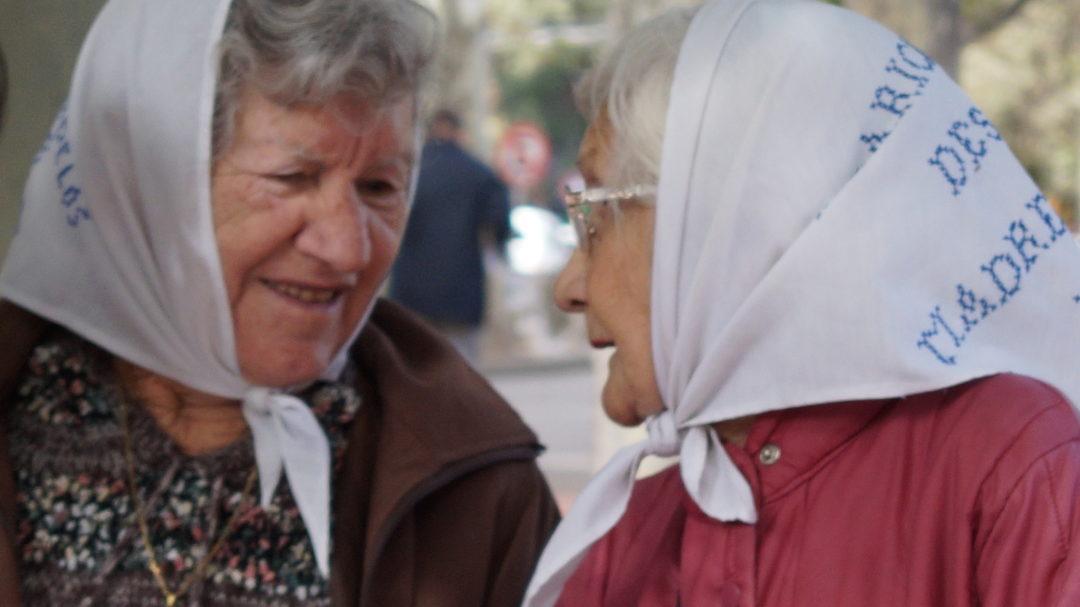 Agustina, a la izquierda, junto a Margarita Guerrero de Barrera Oro. Plaza San Martín, año 2016
